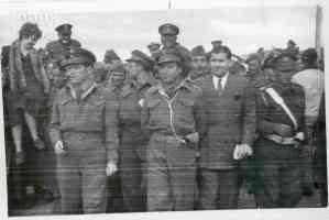 Ο Συν/ρχης Εξαρχάκος, στρατοπεδάρχης Μακρονήσου κατά την επίσκεψη της Βασίλισσας
