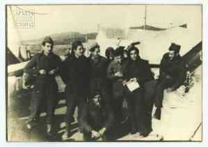 Ο διοικητής του ΚΕΝ Βουδούρης Κ. ανάμεσα σε υπαξιωματικούς και στρατιώτες