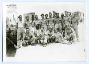 Στρατιώτες του Β' ΤΣ λίγο πριν μεταφερθούν στη Μακρόνησο