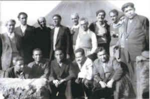 Ο Κώστας Μαρίνης με άλλους πολιτικούς εξόριστους